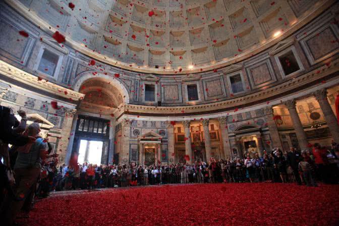 371541 Lancio di petali di rosa al Pantheon in occasione della Pentecoste