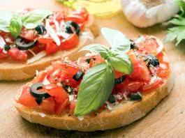 Bruschetta tomates olives basilic