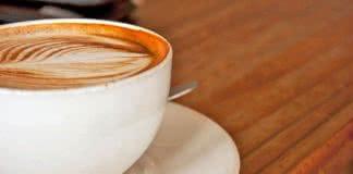 Cappuccino sur un comptoir