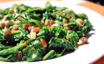 épinards, pignons de pin, raisins secs